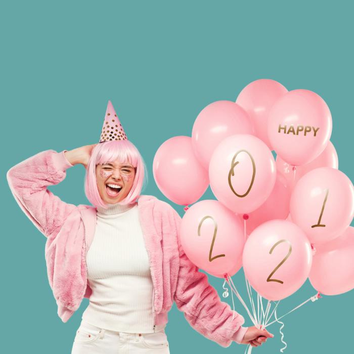 Happy 2021: Frau Pink gekleidet mit ein paar Ballonen